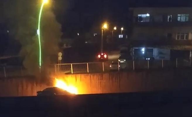 İstinat duvarına çarpan otomobil alev alev yandı