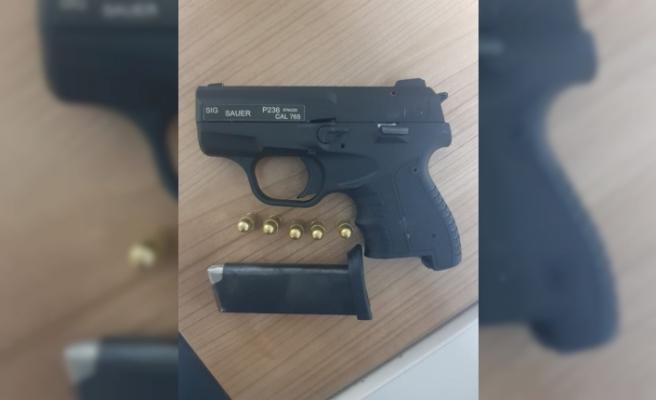 İzmir'de polisten kaçan şüpheliden ruhsatsız tabanca ele geçirildi