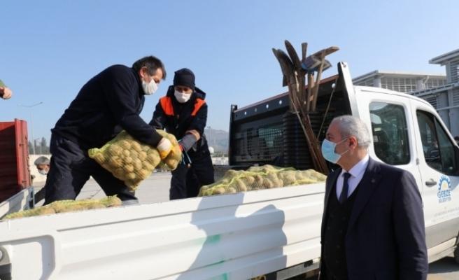 Kapı kapı gezerek İhtiyaç sahiplerine 25 ton patates dağıttılar