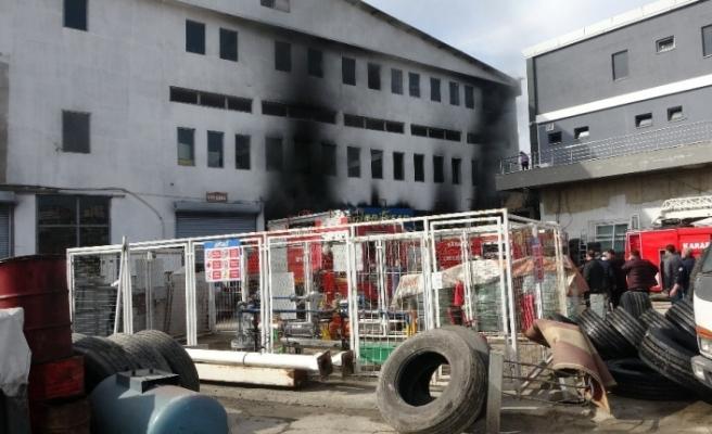 Karabük'te lastik deposundaki yangında faciadan dönüldü