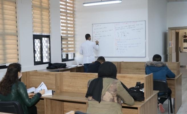 Karaköprü'de öğrencilere matematik kursu veriliyor