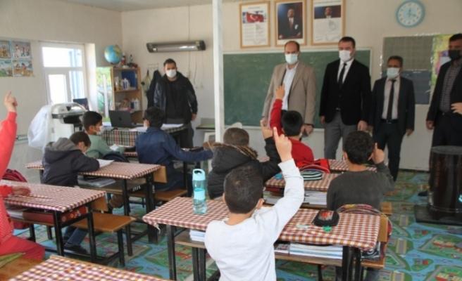 Kaymakam Türkmen, Çöltepe'de öğrencilerin heyecanına ortak oldu