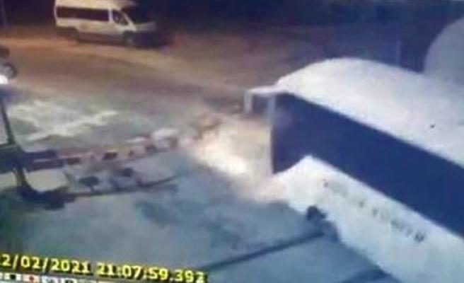 Manevra treni geçit kapalıyken raylardan geçmek isteyen işçi servisine çarptı: 1 yaralı