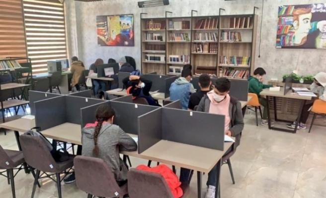 Öğrenciler sınavlara millet kıraathanelerinde hazırlanıyor