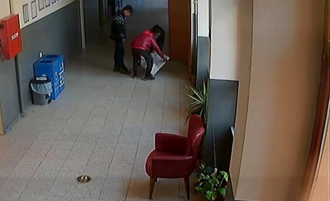 Okulda saklanan 3 çocuk, paraları alıp örümcek adam gibi kaçtı