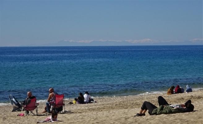 (Özel) Karla kaplı Toros Dağları manzarası eşliğinde deniz keyfi