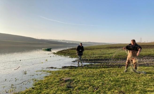 Sazlıdere Barajı'da kaçak avlama yapan 2 kişi suçüstü yakalandı