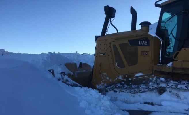 Şebekeyi onarmaya gittiler, karda mahsur kaldılar