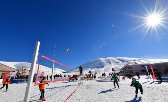 Yedikuyular Kayak Merkezi'nde Kar Voleybolu Turnuvası