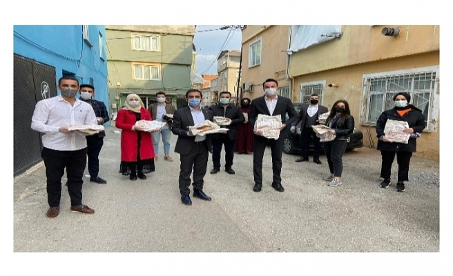 AK Parti Gençlik Kolları, kapı kapı ramazan pidesi dağıtıyor