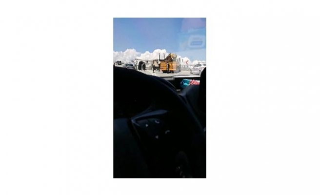 Bursa'da virajı alamayan kamyon devrildi