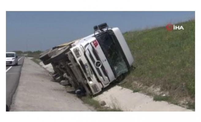 Hafriyat yüklü kamyon devrildi