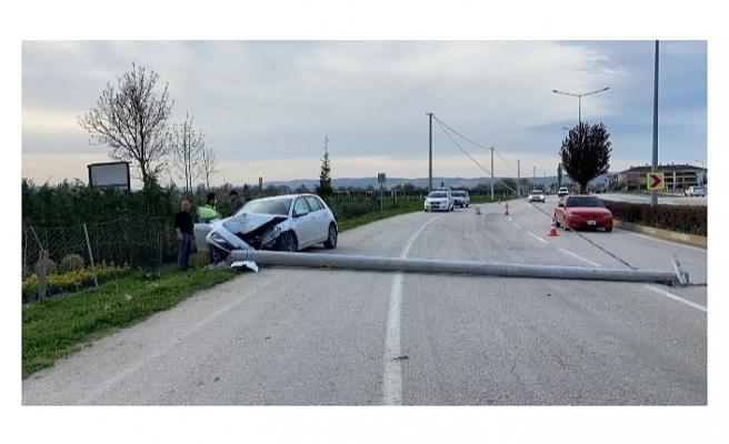 Otomobil beton direği devirdi, yol trafiğe kapandı