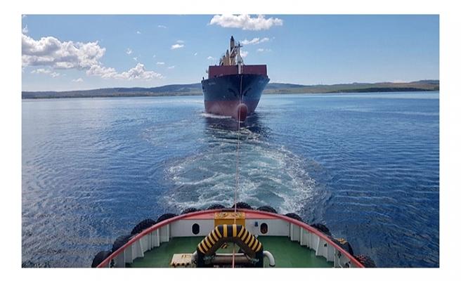 Çanakkale Boğazı'nda makine arızası yapan gemi, römorkörlerle çekildi