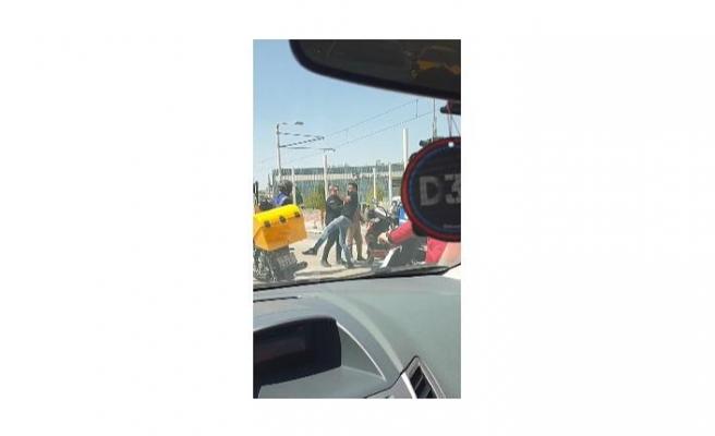 Kent meydanı'nda motosikletli kuryelerin kavgası kamerada