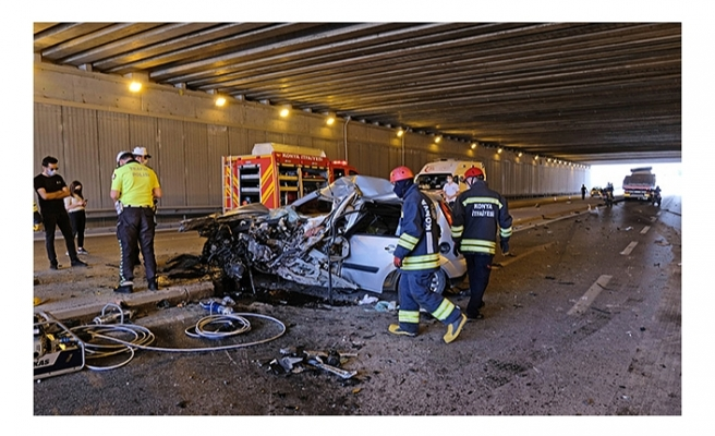 TIR'a çarpan otomobilin sürücü öldü, eşi ve 3 çocuğu yaralı