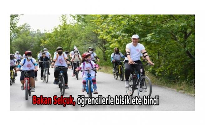 Bakan Selçuk, öğrencilerle bisiklete bindi