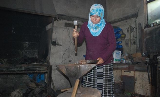 Gülizar Usta 37 yıldır demire şekil veriyor