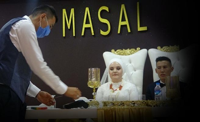 Kırgız çiftin düğününde aşıya dikkat çekmek için pos cihazıyla takı takıldı