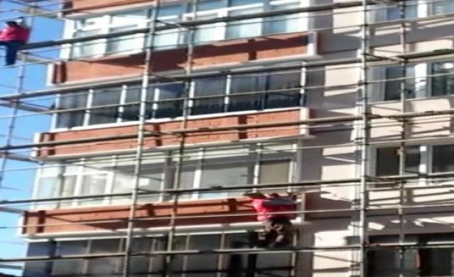 Yine güvenlik önlemi olmadan çalışan bir işçinin görüntüleri kameralara yansıdı