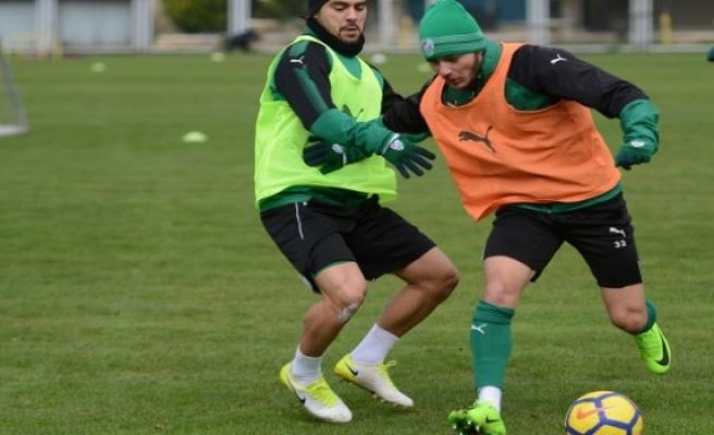 Bursaspor'un yeni transferi  Abdullahi Shehu idmana çıktı