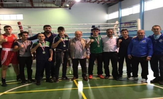 Bursa Büyükşehir'in boksörleri ringin tozunu aldı.