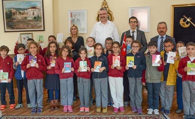 Ali Özkan minik öğrencilerle kitap dünyasında gezdi