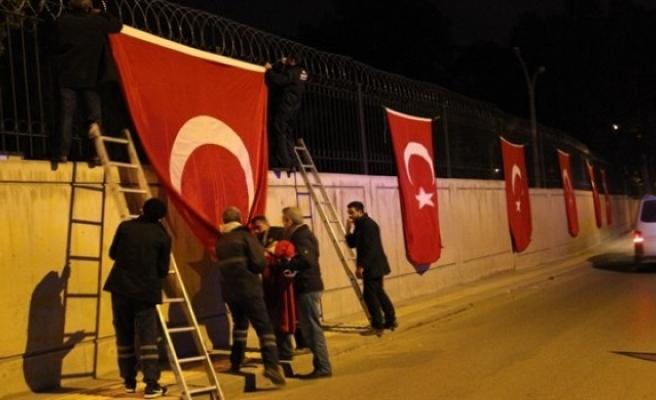 Şehit acısıyla yanan baba ocağında NATO komutanından bayrağı indirme girişimi