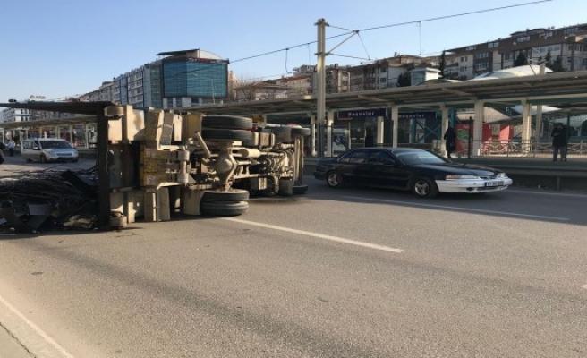 Beşevler istasyonunda demir yüklü kamyon devrildi