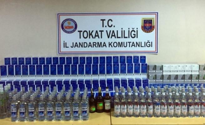 Azeri yolcuların valizinden kaçak içki ve sigara çıktı