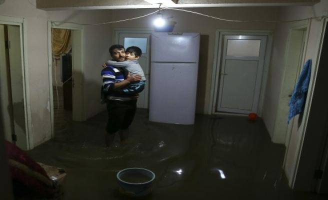 Sağanak İstanbul'u vurdu, yağmur suları evleri bastı