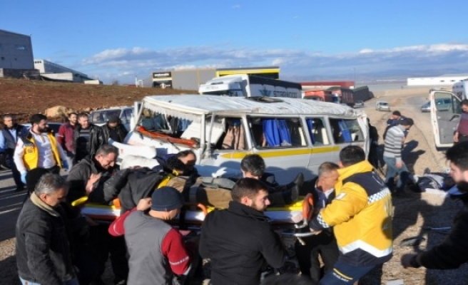 Otomobille servis aracının çarpıştığı kazada 9 kişinin yaralandığı açıklandı