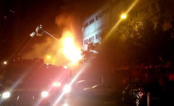 İkitelli'de bir kozmetik firmasına ait depoda yangın (1)