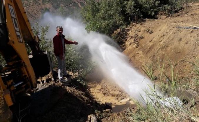 Şemdinli'de boru patladı, su metrelerce yükseğe çıktı