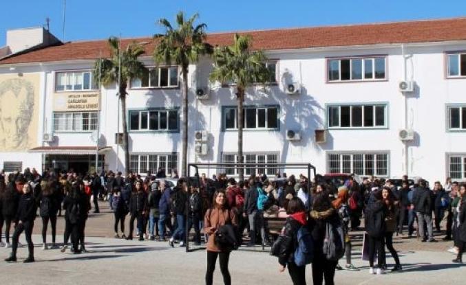 Manavgat'ta yıkım kararı verilen okulun öğrenci ve velilerinden nakil eylemi