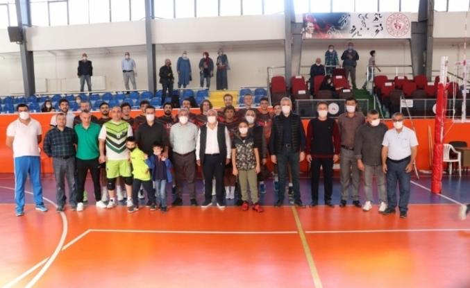 Şeref Koleji Erkek Voleybol Takımı dolu dizgin