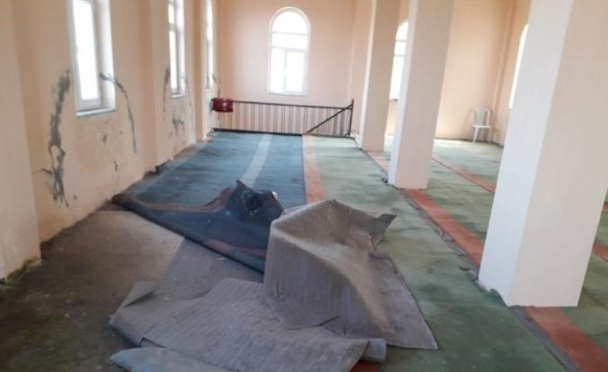 1.5 yıldır kullanılamayan köy camisinin döşemesi ve halıları çürüdü