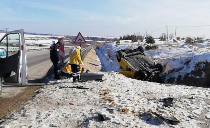 Amasya'da kaza yapan aracın sürücüsü öldü, 2 kişi yaralandı