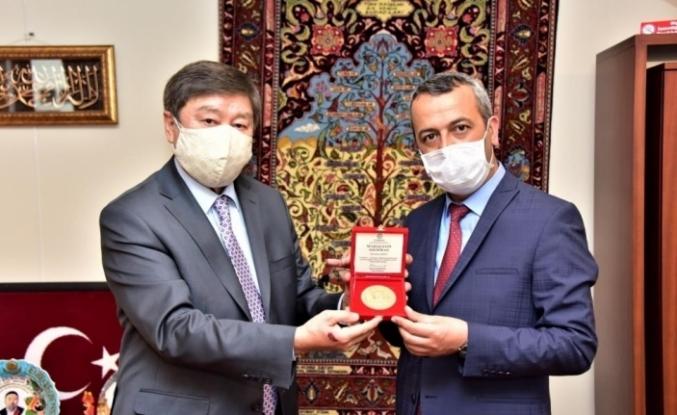 Azerbaycan ve Türksoy'dan Şair Çarboğa'ya ödül