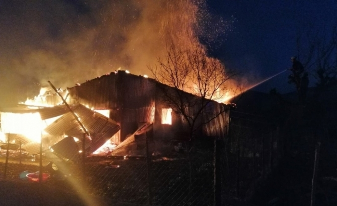 Sobadan çıkan yangın ahşap evi küle çevirdi