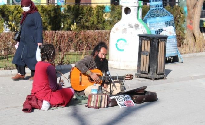 Sokak müzisyeni Eskişehirlilere pandemiyi unutturdu