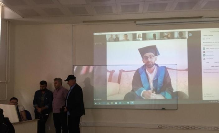 En ilginç mezuniyet töreni, öğrenciler evlerinden kep fırlattı