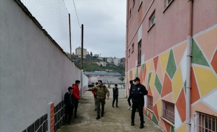 Rize'de kısıtlamaya uymayan çocuklar polisi duyunca ne yapacağını şaşırdı
