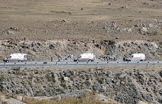 Ağrı'da kaçak göçmenleri taşıyan minibüs...