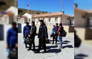 Foça'da 66 kaçak göçmen yakalandı, 3 organizatör...