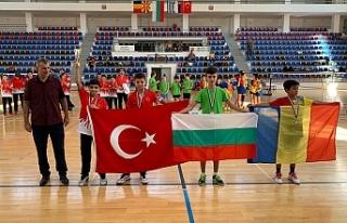 Genç badmintoncular ışık saçtı