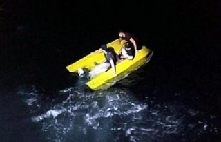 Su alan teknede korkulu anlar yaşayan kaçak göçmenler...