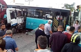 Vinç yüklü kamyon otobüse çarptı!
