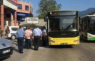 Yol vermediğini öne sürdükleri otobüsün camını...