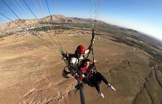 Derik'te ara tatildeki öğrenciler yamaç paraşütüyle...